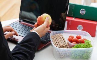 Обеды за рабочим столом снижают продуктивность студентов